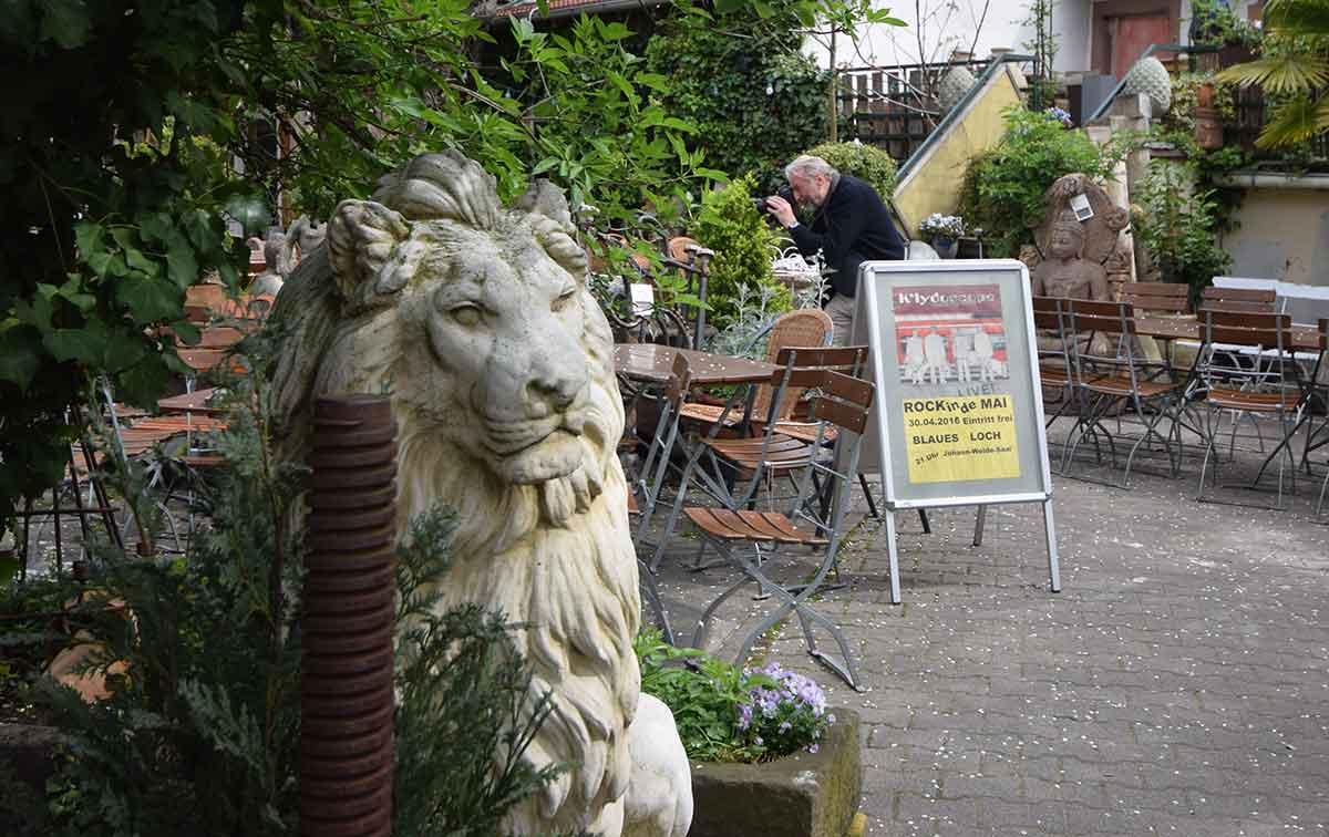 Andreas auf Biergarten-Pirsch mit dem kurpfälzischen Leberkäs-Löwen