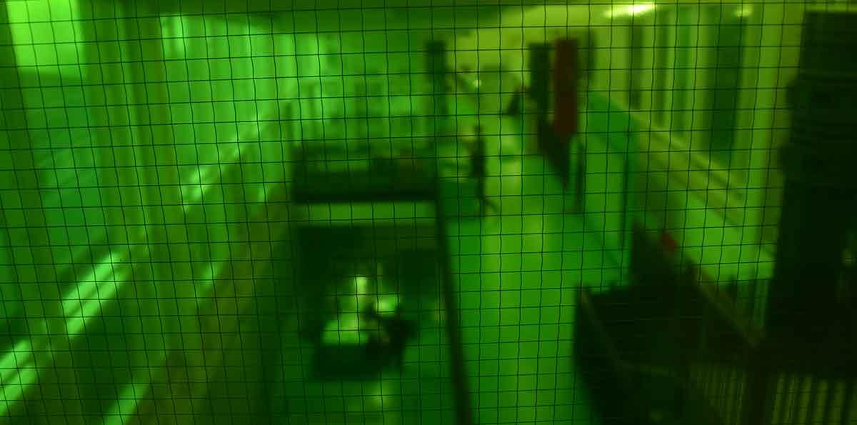 Blick durch grüne Glasscheibe