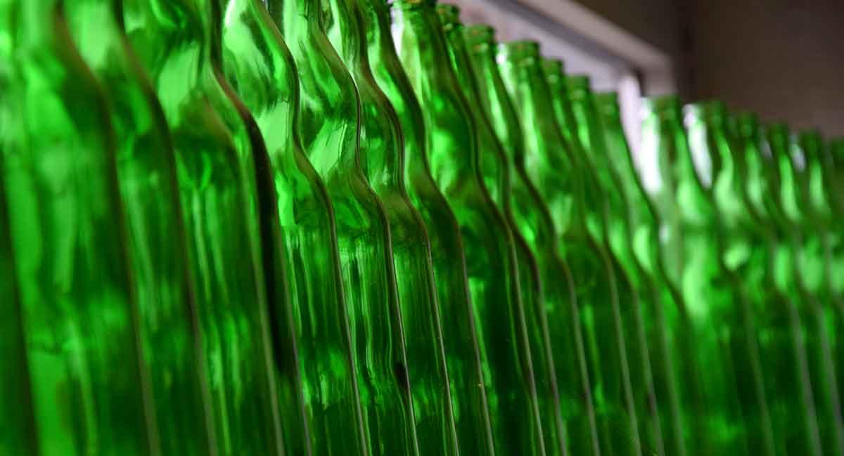 gewellte grüne Flaschen