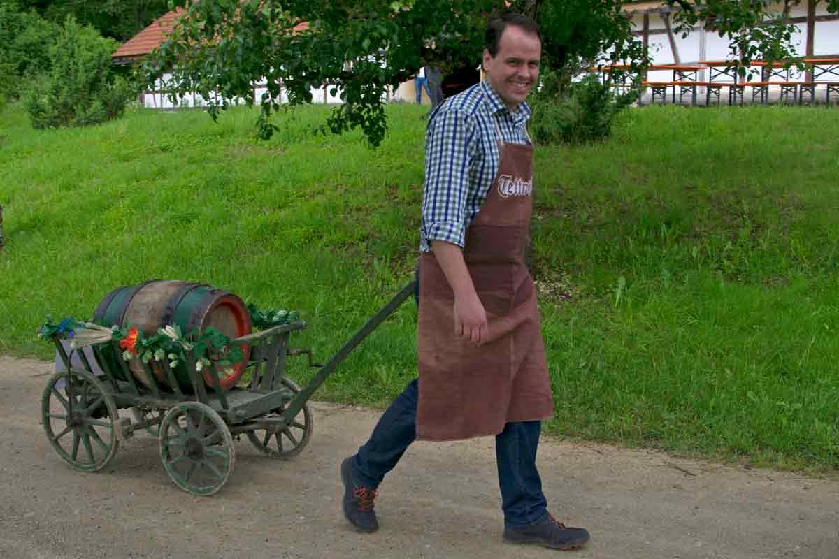 Brauer mit Leiterwagen