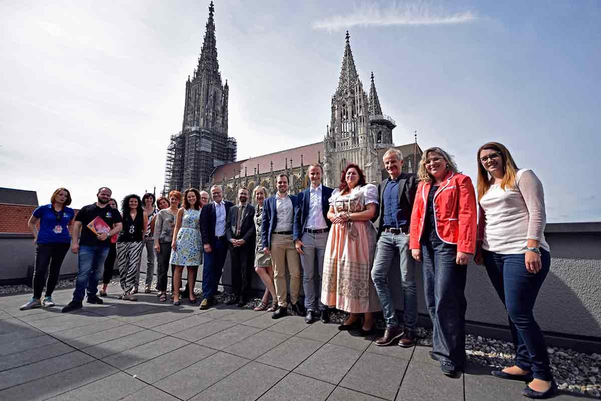 Menschengruppe vor dem Ulmer Münster