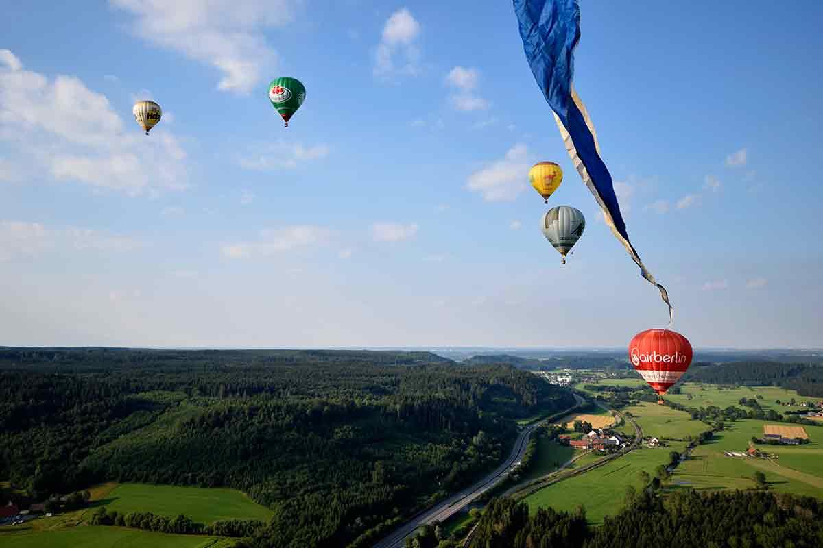 Ballongruppe im Himmel