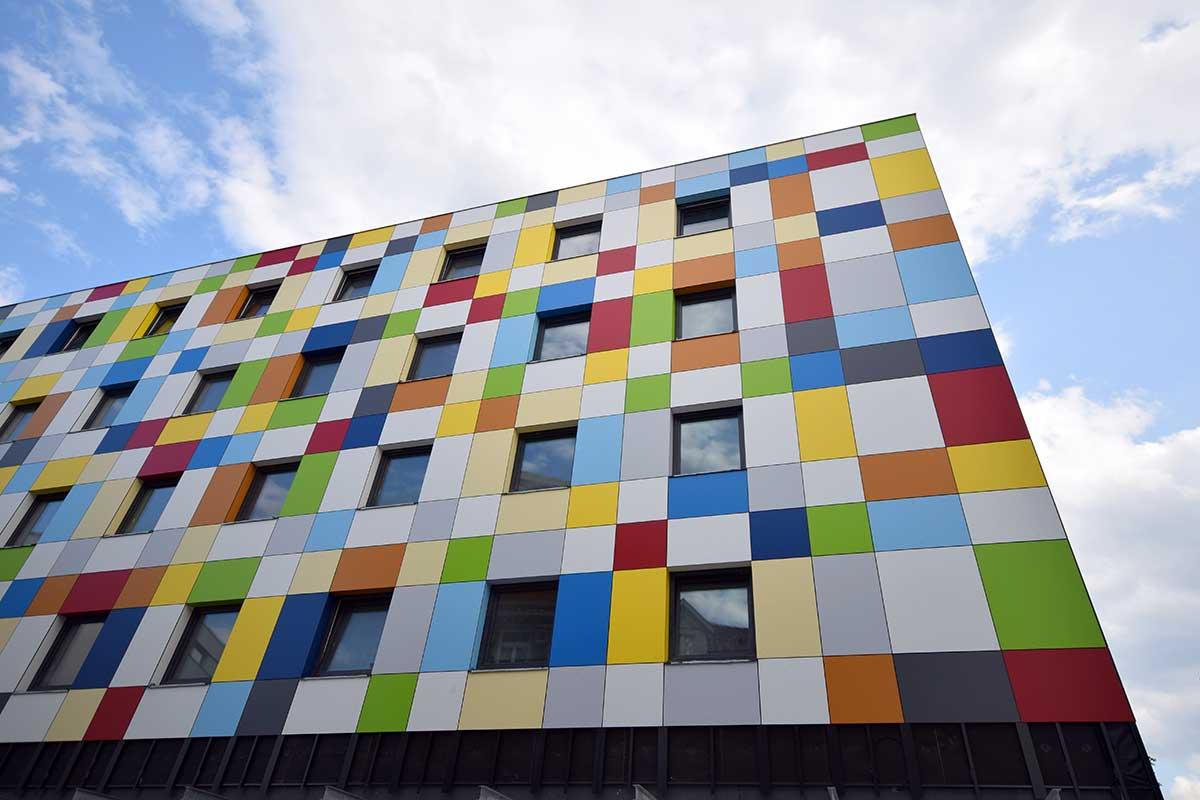 Hausfassade mit bunten Flächen