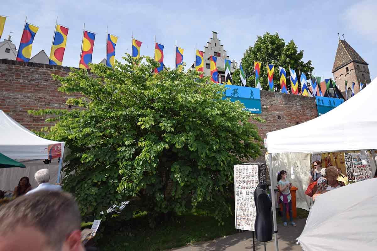 Fahnen auf Donaumauer