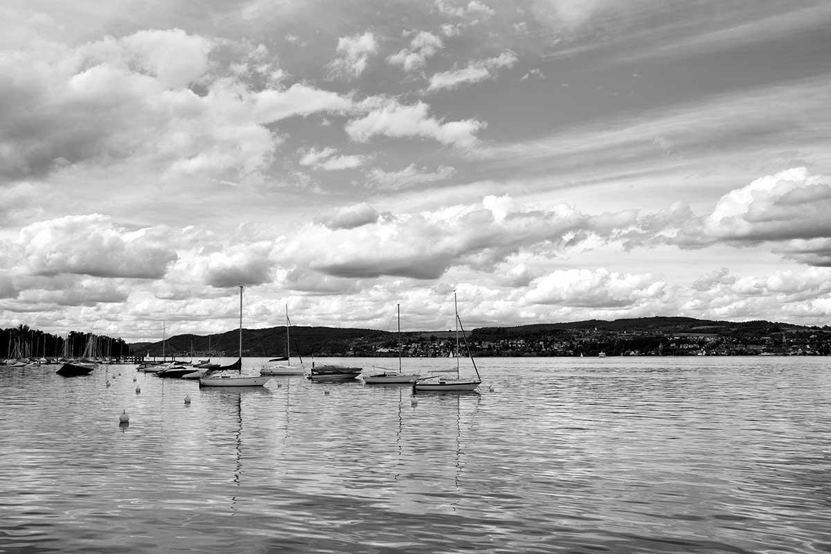 Blick auf Hafen und gegenüberliegendes Ufer