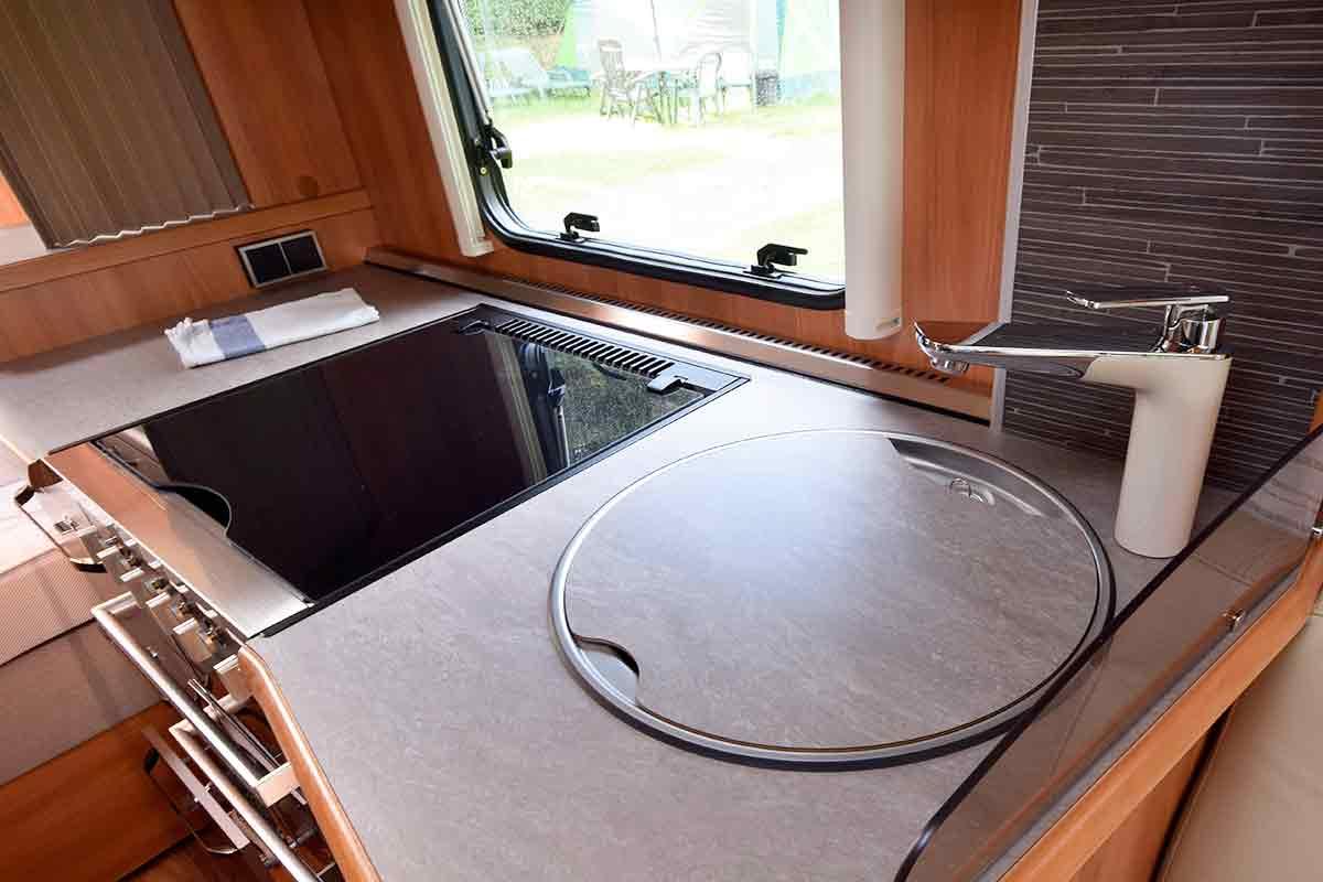 Küche mit geschlossener Spüle im Eriba Nova GL 465