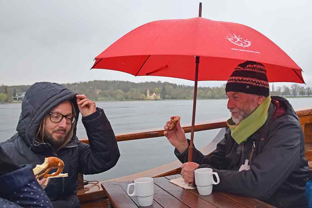 Zwei Männer mit schirm