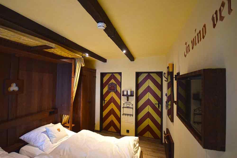 Hotelzimmer mit mittelalterlicher Einrichtung
