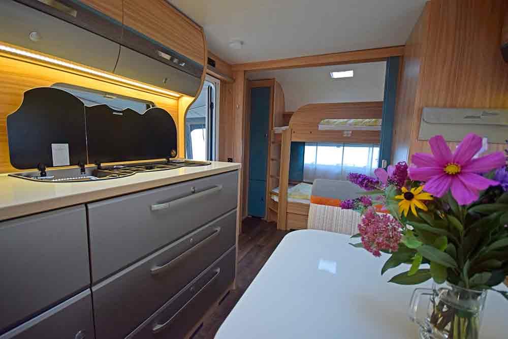 Wohnwageninneres mit Küchenzeilen und Kinderbetten