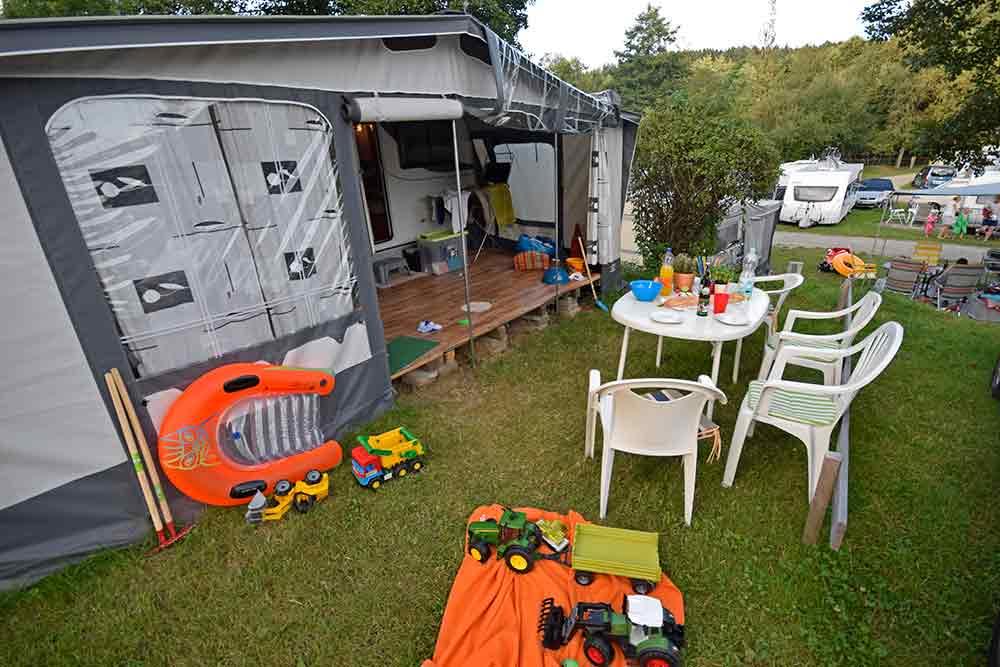 Wiese vor Wohnwagen mit Vorzelt