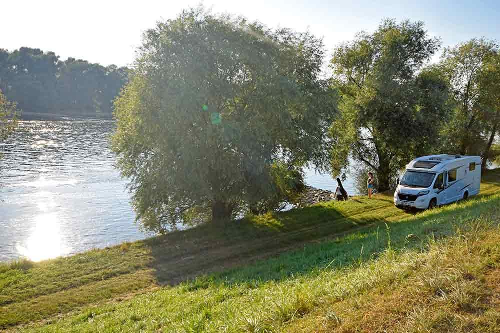 Wohnmobil am Donauufer