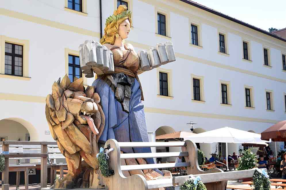 Bavaria mit Bierkrügen und bayerischem Löwen