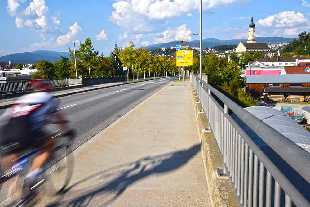 Donaubrücke mit Radfahrer
