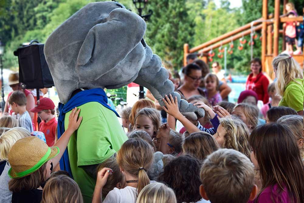 Elefant Fany wird von Kindern umringt