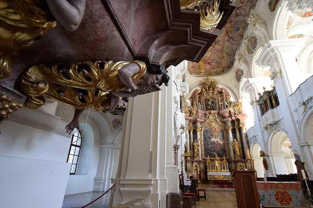 Kanzelfigur und Altarraum