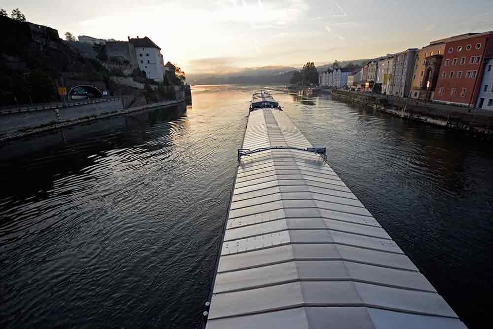 Lastenschiff auf der Donau