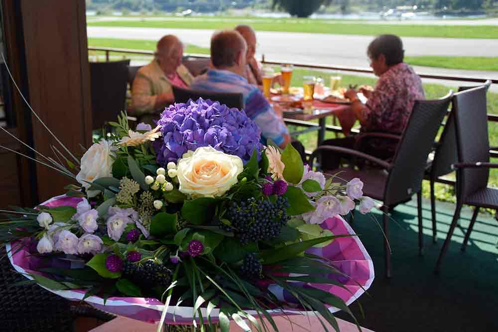 Blumenstrauß auf Terrasse