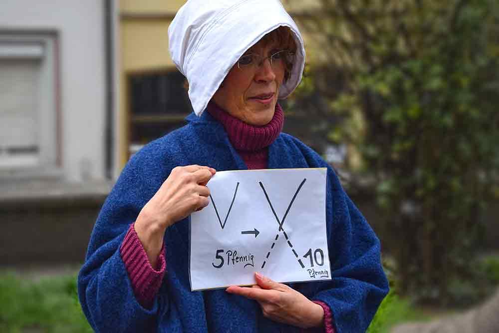 Frau Mit Zettel, darauf V und X