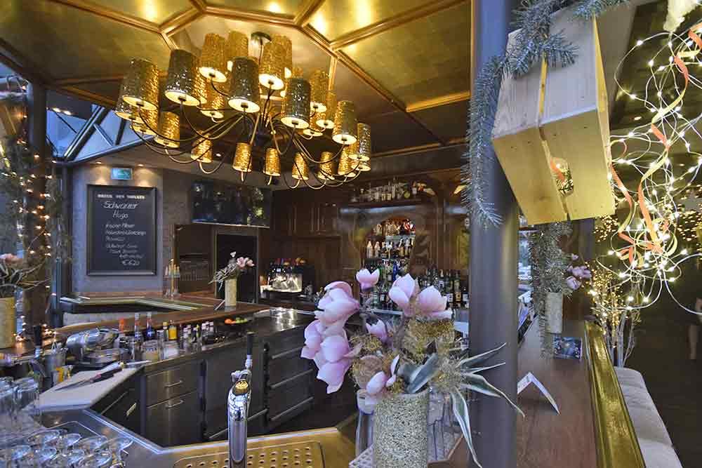 Bar mit vielen Leuchten