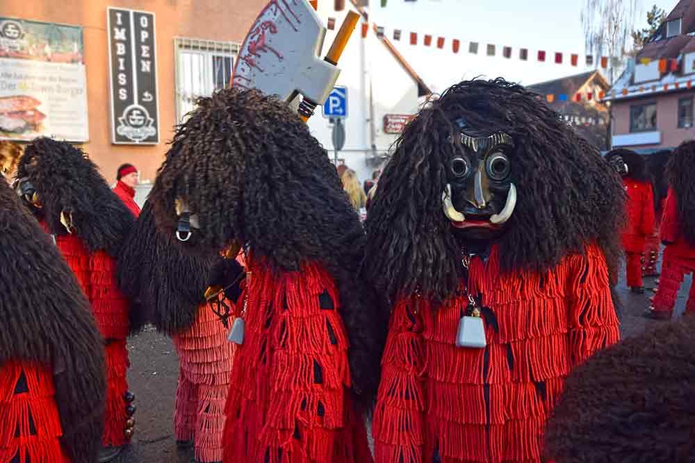 rot-schwarze Masken