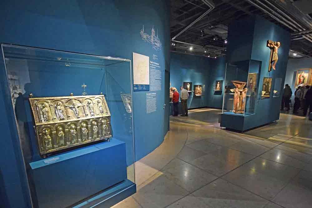 Blick in die Ausstellungsräume mit Kunstgegenständen