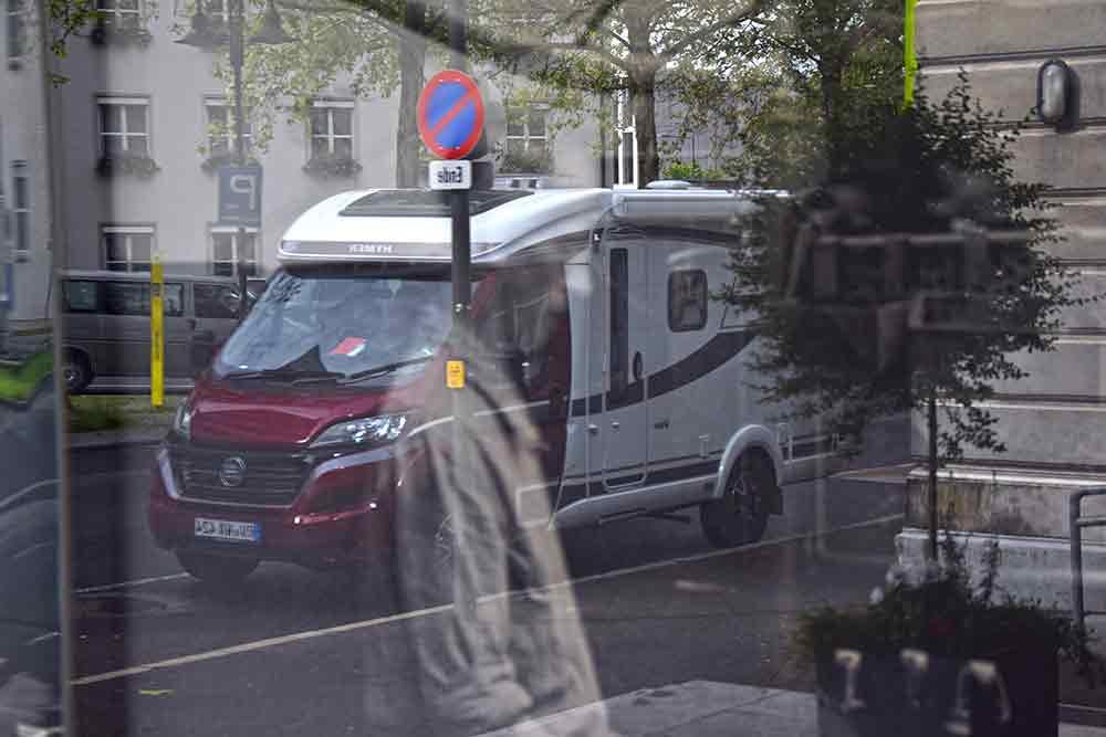 Spiegelung des Hymer Van im Schaufenster