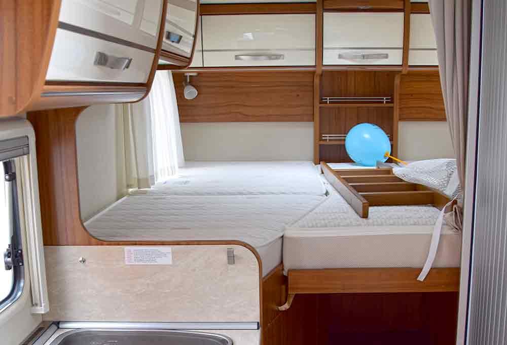 Blick in den Schlafbereich des Hymer Van 374