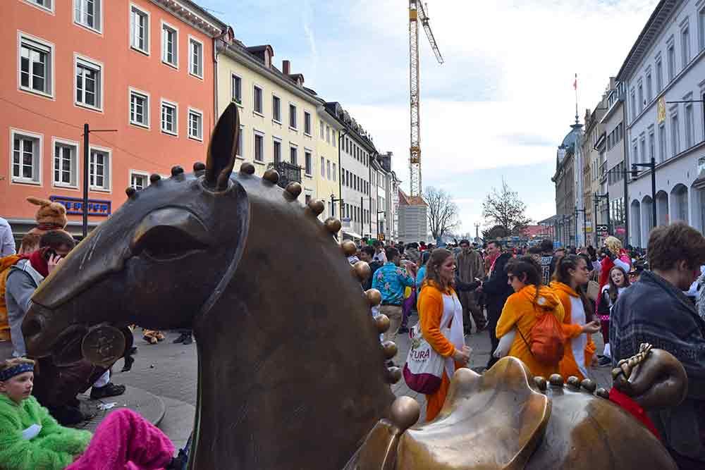 Blick vom Kaiserbrunnen über Marktstätte mit tanzenden Jugendlichen