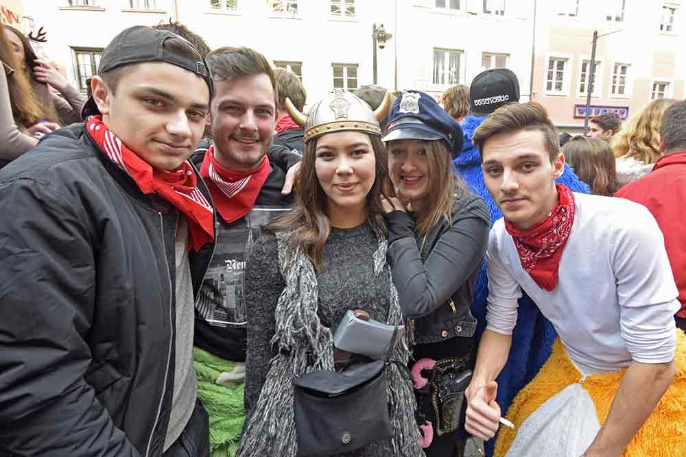 Fünf Jugendliche