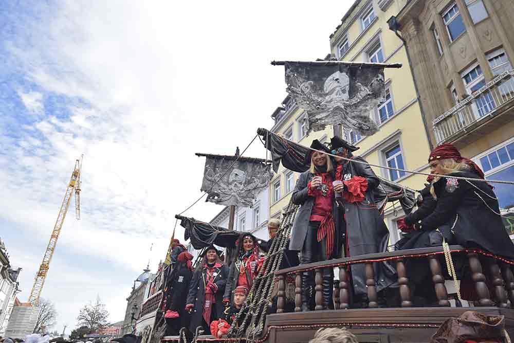 Piratenschiff mit Tänzerinnen
