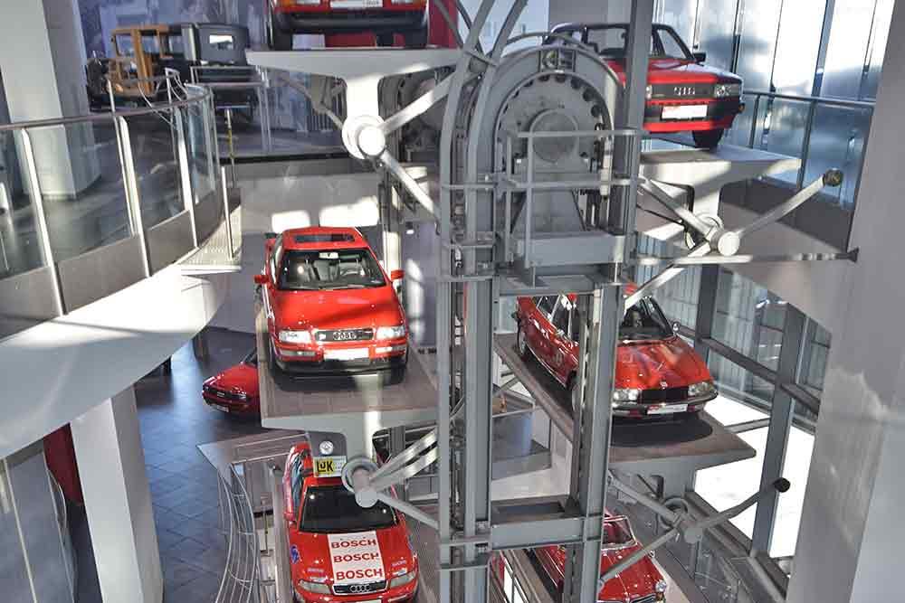 Pater noster mit roten Audis
