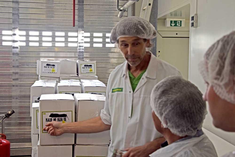 Matthias Minister vor Fleischpaketen