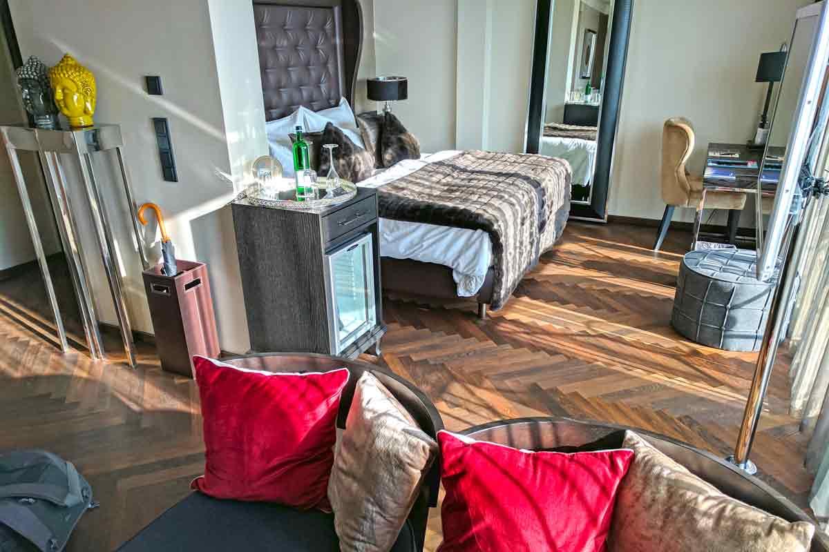Suite mit Doppelbett, Schreibtisch und Bar
