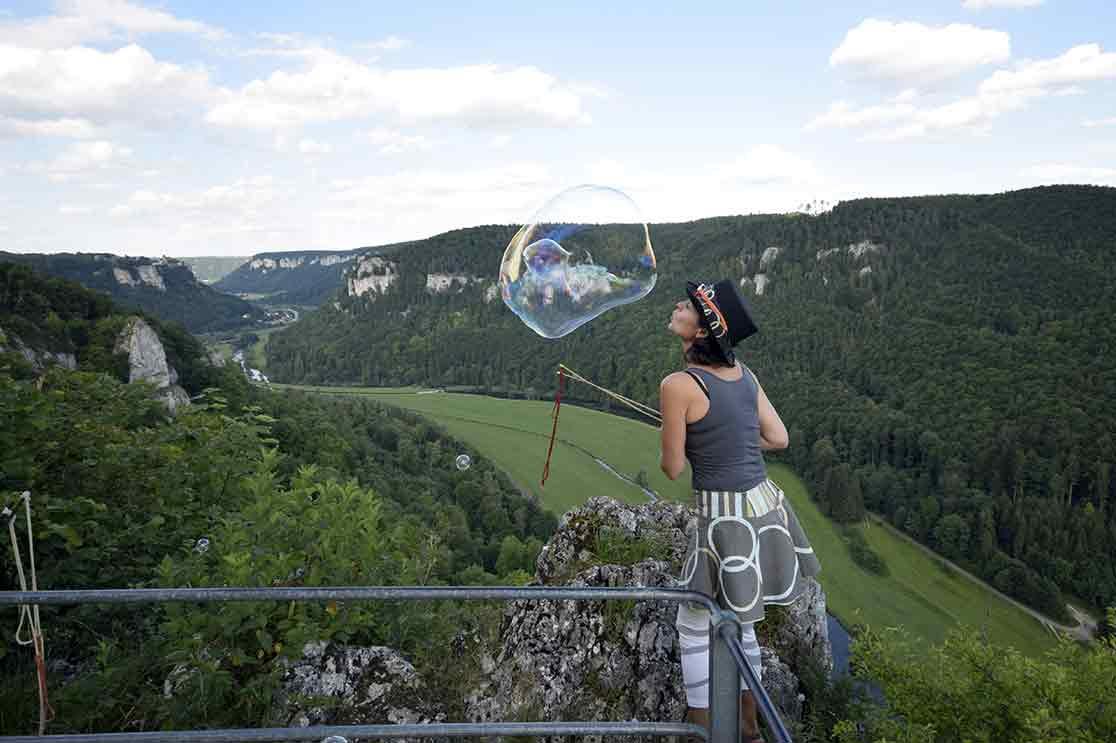 Eichfelsen mit Seifenblasenkünstlerin Hanife Bihn