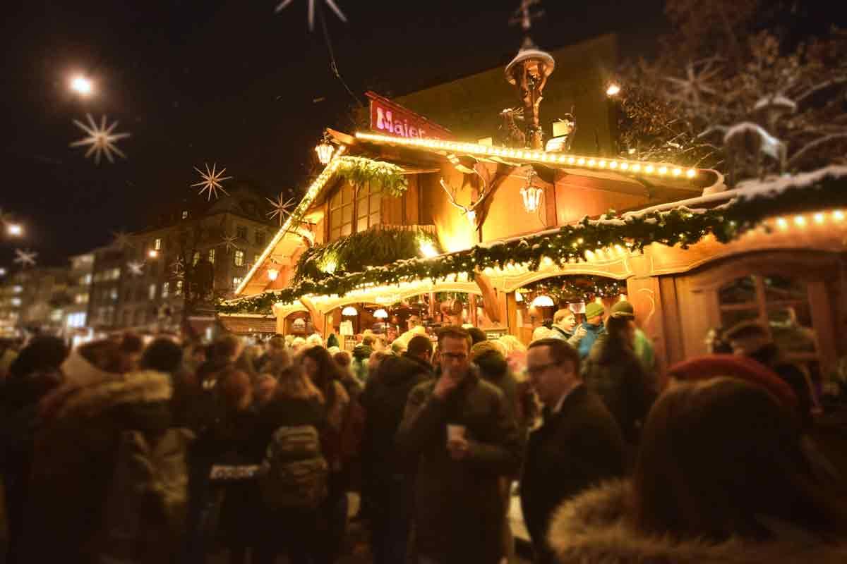 Adventsmarkt mit Holzhütte