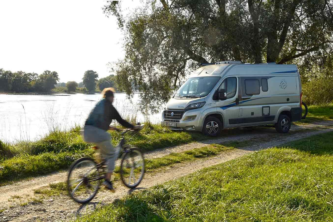 Radfahrer und Wohnmobil in den Donauauen