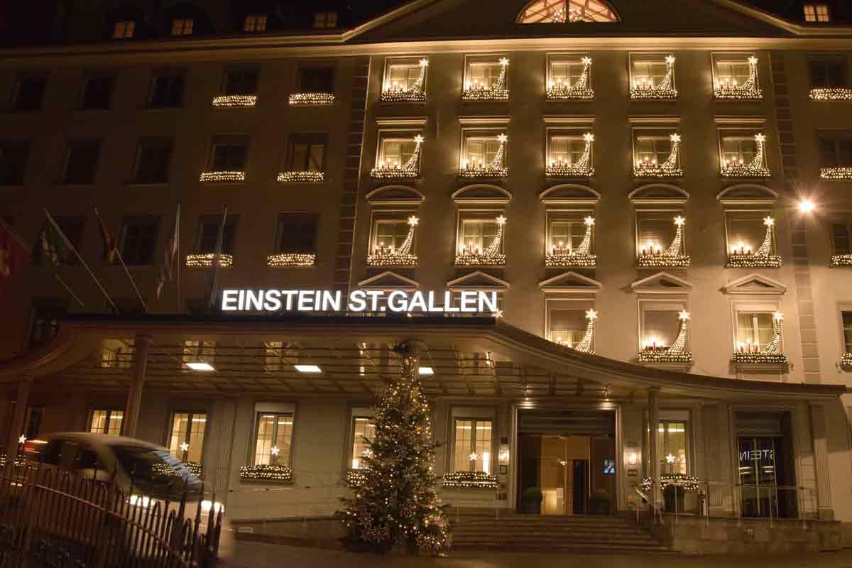 Fassade des Einstein Hotel mit Wehnachtsbeleuchtung