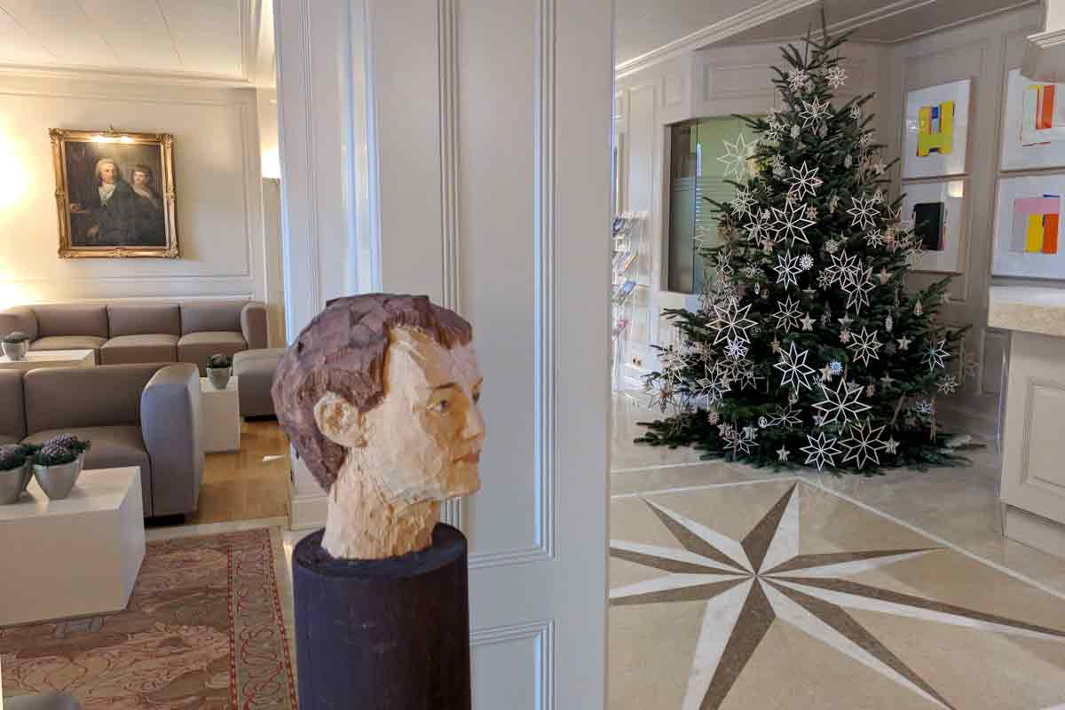 Foyer mit Kunstwerken und Weihnachtsbaum