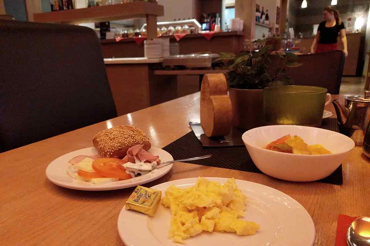""">Frühstücksteller im Schieners Hotel mit Ei und Schinken"""" width=""""1200″ class=""""alignnone size-full"""" /></p> <p><img src="""