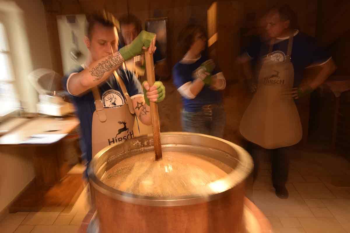 Maische rühren in der Hirsch-Brauerei Honer