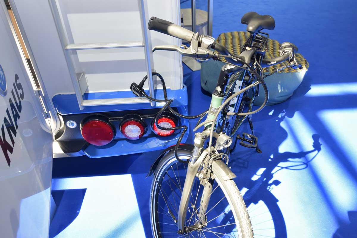 An der Leiter angekettetes Fahrrad