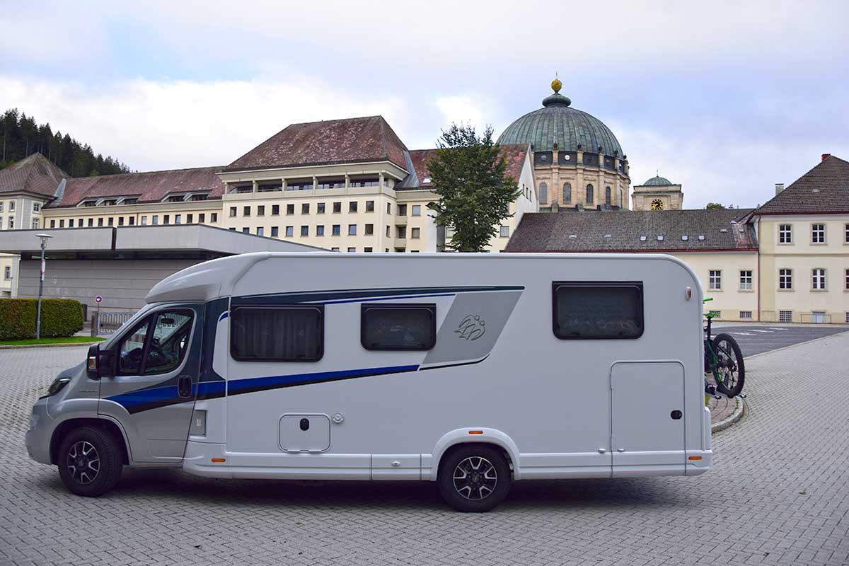 Wohnmobil vor dem St. Blasien Dom