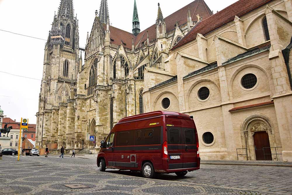 Wohnmobil vor Regensburger Dom