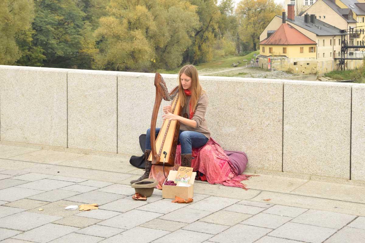 Harfinsitin auf Steinerner Brücke in Regensburg
