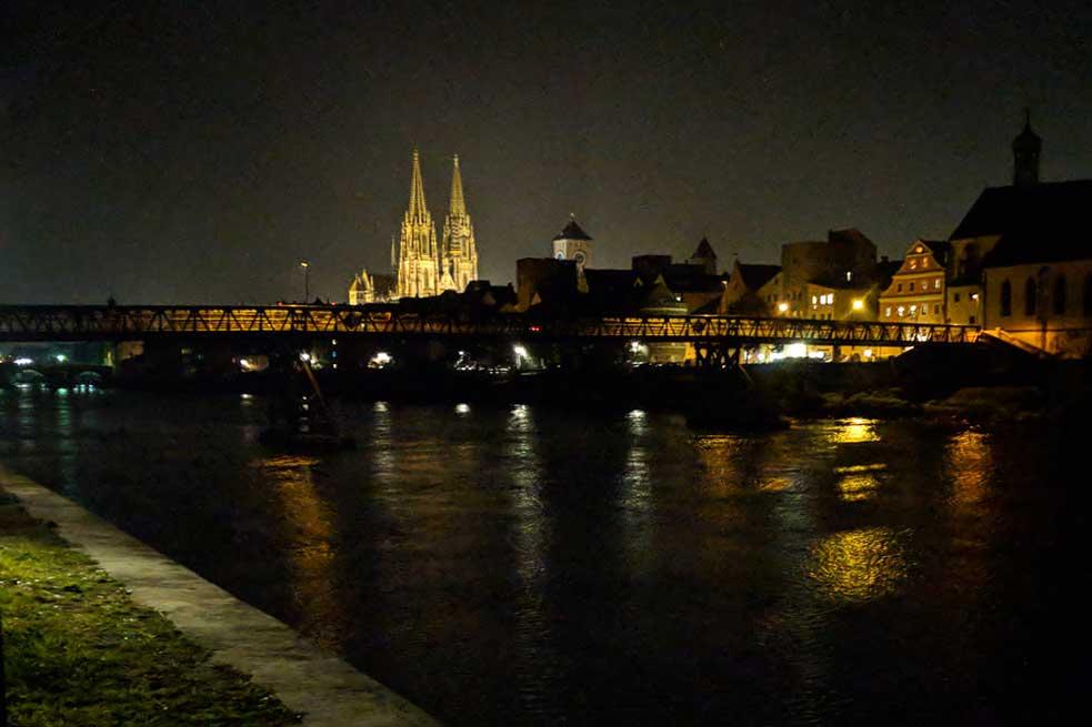 Blick über Donau auf den Dom in Regensburg bei Nacht