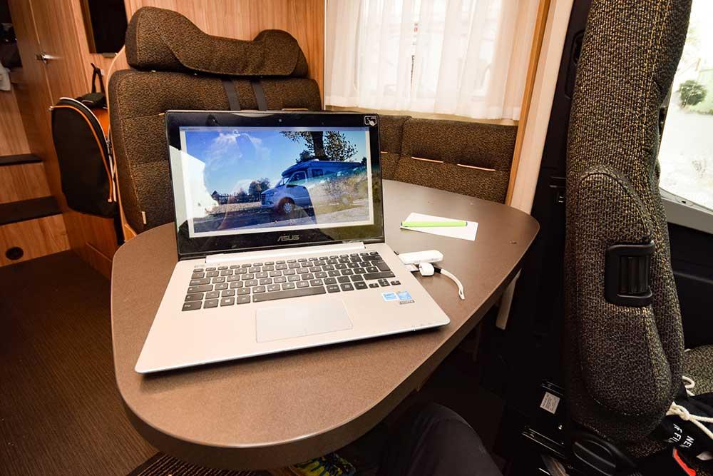 Tisch vom Beifahrersitz aus im Hymer ML T 580