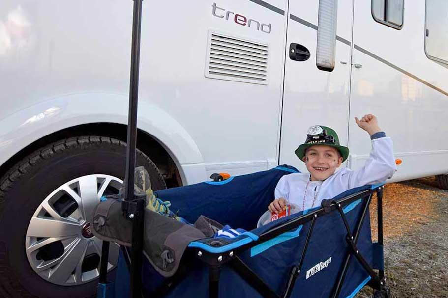 Kind im Bollerwagen vor Dethleffs Trend I