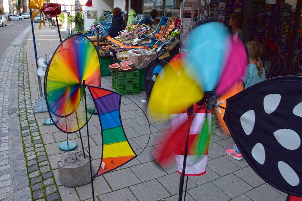Geschäft mit Windrädern in der Ravensburger Altstadt