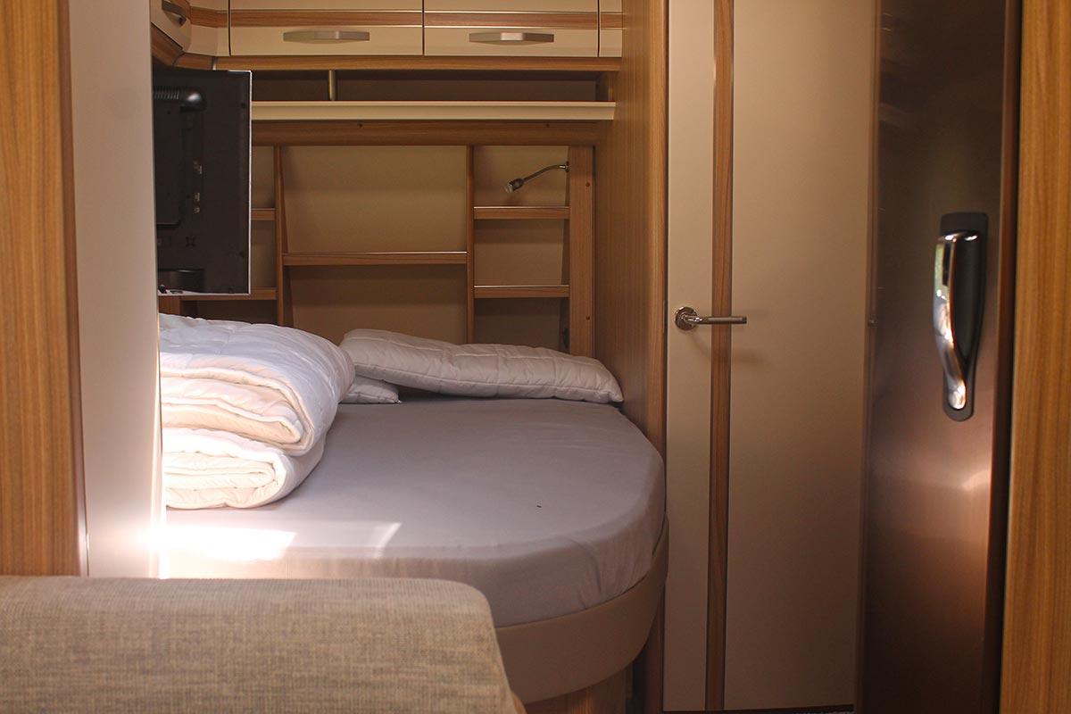 Französisches Bett im Fendt Bianco Selection 550 SKM