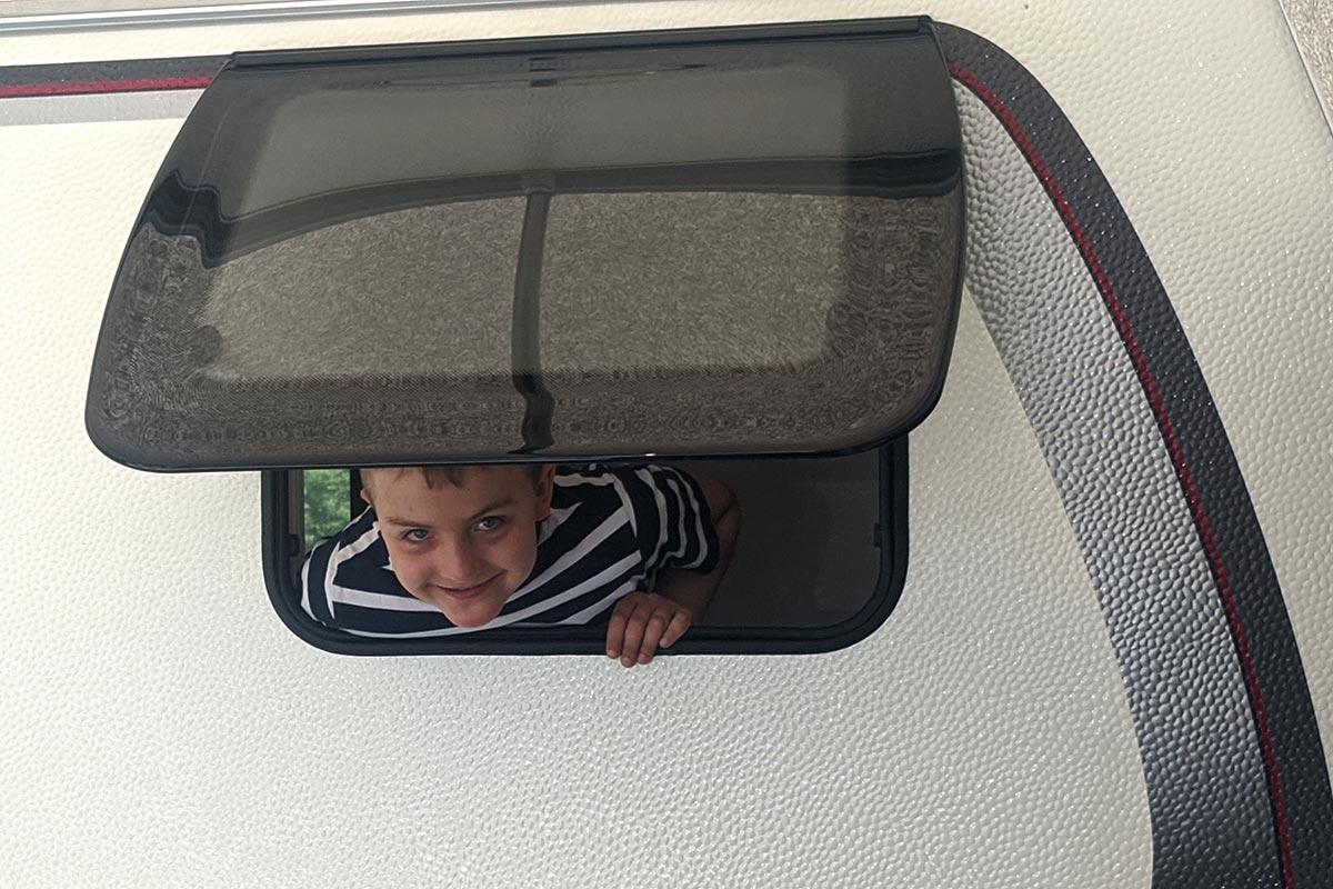 Außenfenster mit Kind